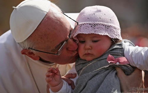 Pope_Francis_kissing_baby